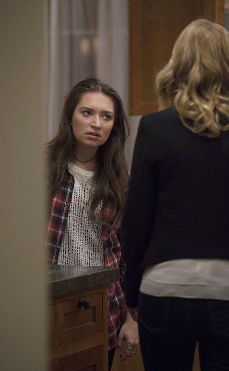 Monica (Lauren Bowles, r.) macht sich große Sorgen um ihre Tochter Jenny (Cole Bernstein, l.). Doch hat Jenny wirklich etwas mit dem Fall zu tun, in... - Bildquelle: Warner Bros. Entertainment, Inc.
