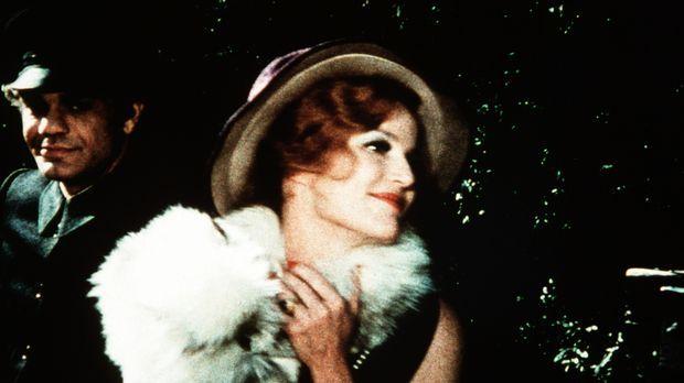 Alvira Drummond (Pippa Scott, r.), die berühmte Schauspielerin, freut sich zu...