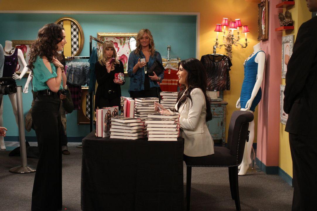 Mandy (Molly Ephraim, l.) bekommt die Chance, ihr großes Idol Kim Kardashian (r.) bei einer Autogrammstunde zu treffen. Dort läuft zunächst nicht al... - Bildquelle: 2011 Twentieth Century Fox Film Corporation