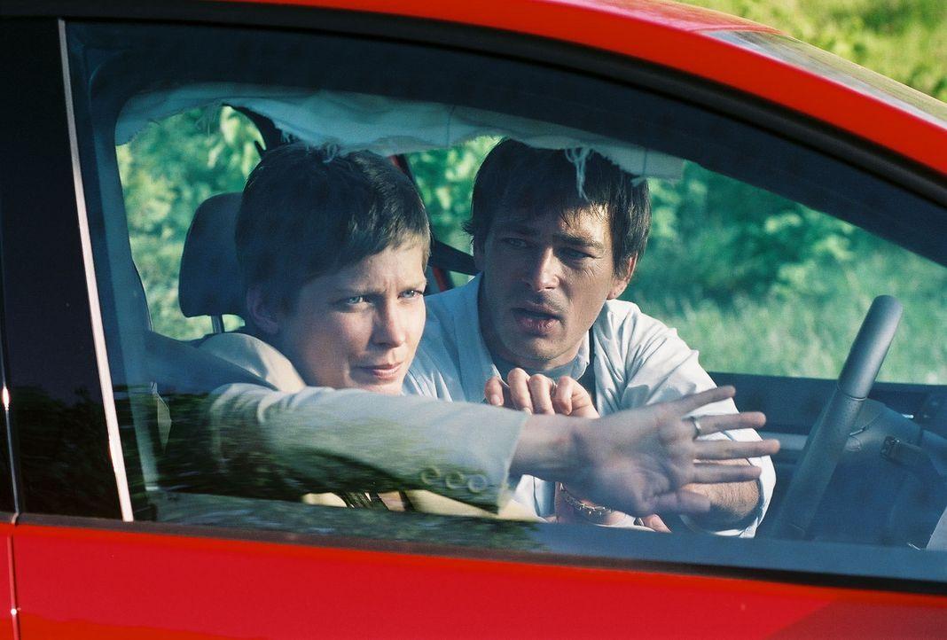 Auf der Fahrt zu ihrem Wochenendhaus wird Firmenchef-Gattin Kristina Holzbauer (Valerie Niehaus, l.) nebst Chauffeur (Jan Sosniok, r.) mittels eines... - Bildquelle: Thekla Ehling Prosieben