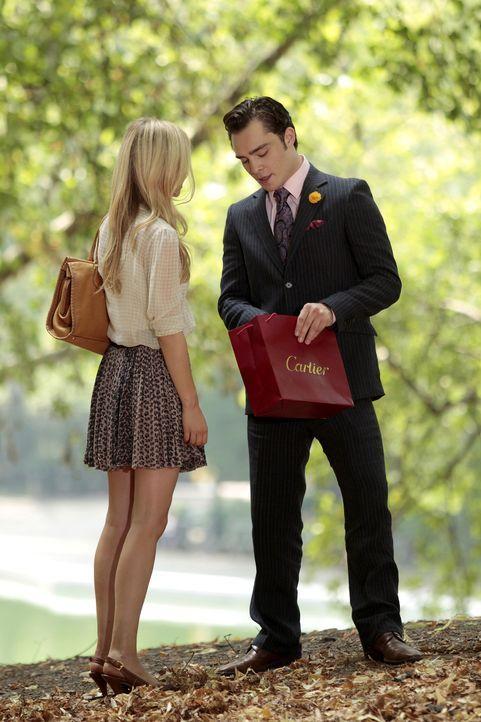 Sind glücklich miteinander: Chuck (Ed Westwick, r.) und Eva (Clemence Poesy, l.) ... - Bildquelle: Warner Bros. Television