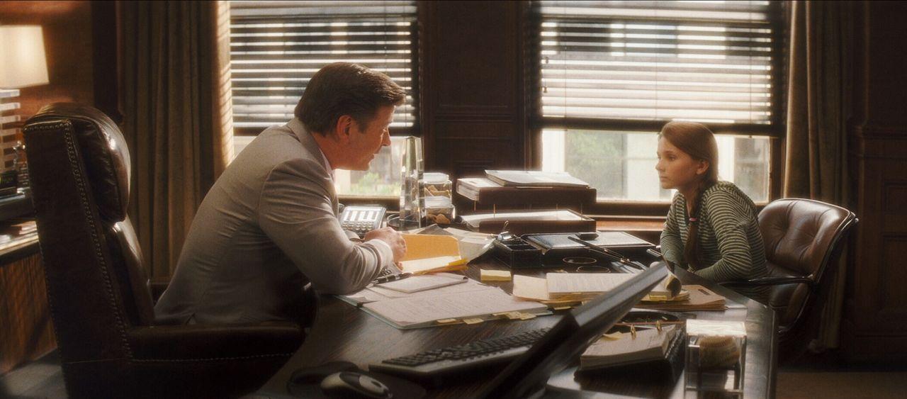 Will mit Hilfe von Campbell Alexander (Alec Baldwin, l.) das Recht auf ihren Körper bei ihren Eltern einklagen: Anna Fitzgerald (Abigail Breslin, r.... - Bildquelle: Warner Brothers