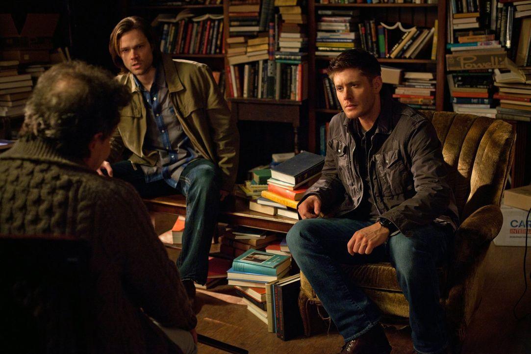 Während Sam (Jared Padalecki, M.) und Dean (Jensen Ackles, r.) versuchen, wichtige Informationen von Metatron (Curtis Armstrong, l.) zu erhalten, mü... - Bildquelle: Warner Bros. Television