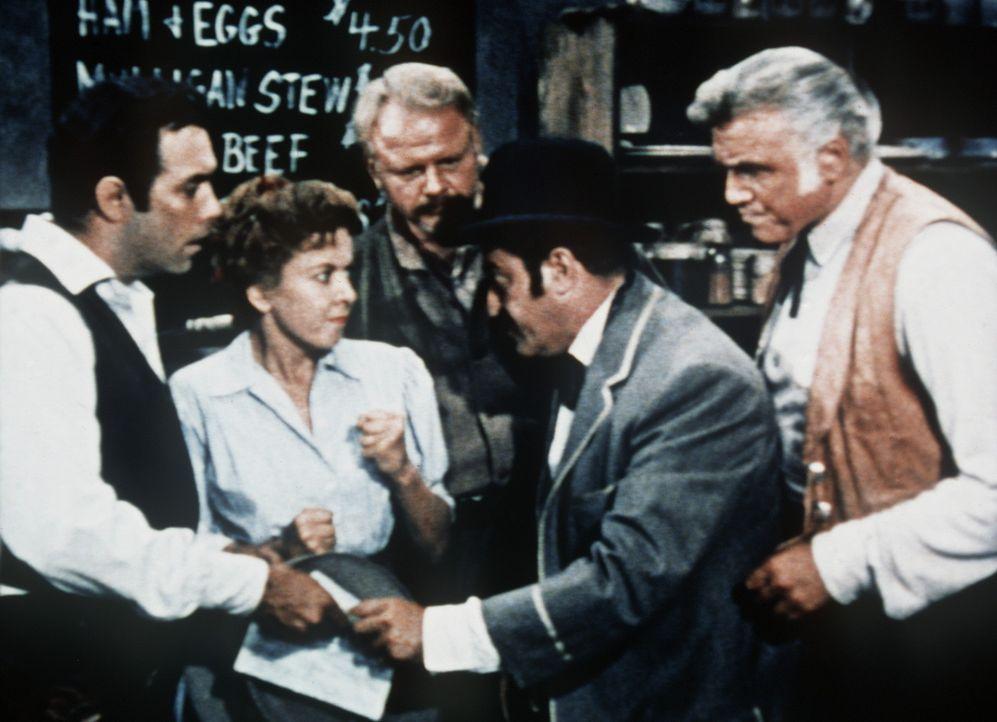Adam Cartwright (Pernell Roberts, l.) und Ben Cartwright (Lorne Greene, r.) sind betroffen, als sie hören, dass der Fremde Annies (Ida Lupino, 2.v.l... - Bildquelle: Paramount Pictures