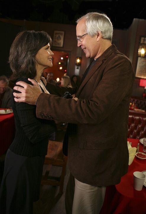 Alte Liebe rostet nicht: Obwohl sich Nora (Sally Field, l.) und Stan (Chevy Chase, r.) seit vielen Jahren nicht mehr gesehen haben, sind sie sich au... - Bildquelle: Disney - ABC International Television