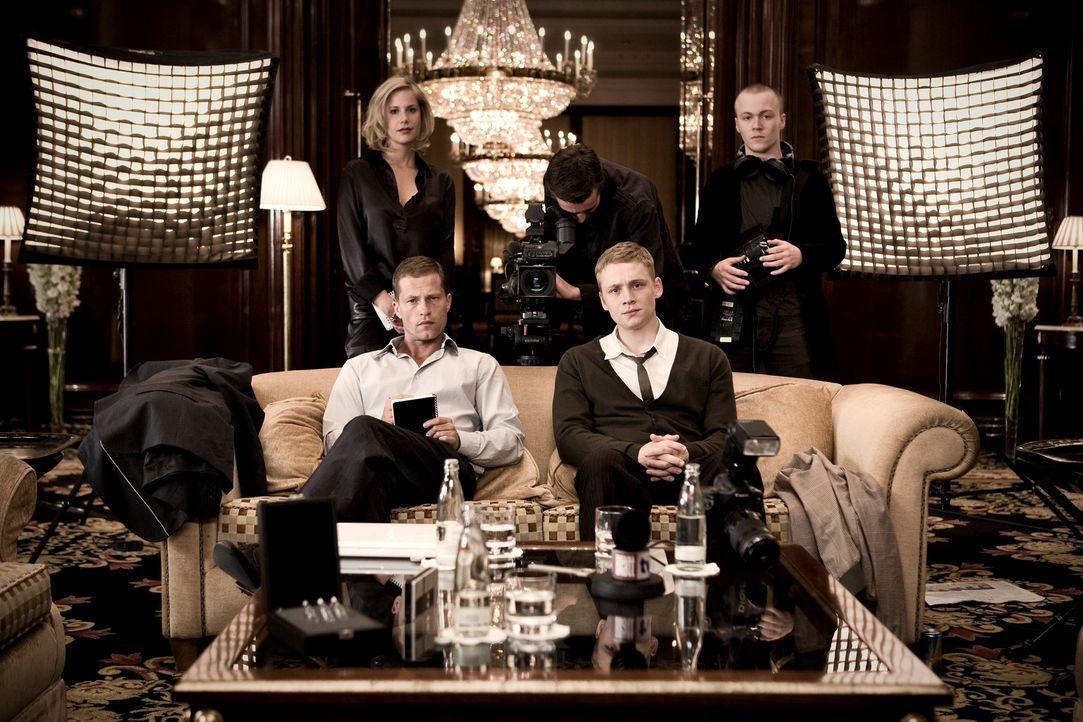 Ihr Job ist es, Prominenten aufzulauern: Ludo (Til Schweiger, l.) und Moritz (Matthias Schweighöfer, r.) genießen ihr oberflächliches Leben ... - Bildquelle: Warner Bros.