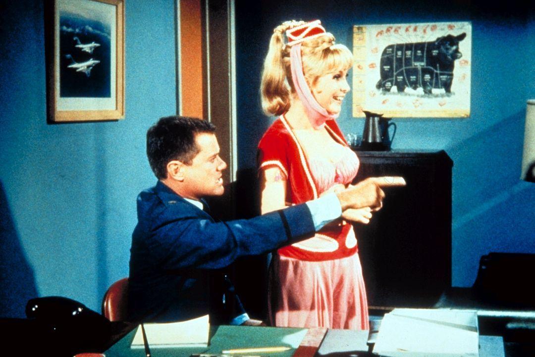Tony (Larry Hagman, l.) ist empört, wie sich seine Kollegen bei der NASA aufführen. Jeannie (Barabara Eden, r.) findet das eher amüsant. - Bildquelle: Columbia Pictures
