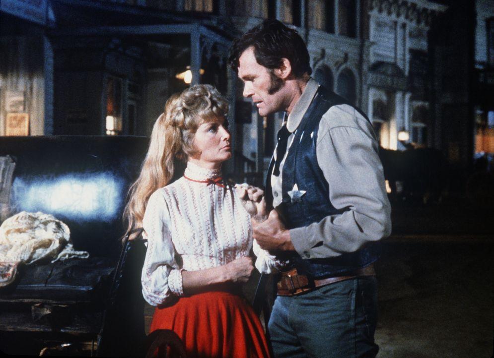 Hilfssheriff Wade McPhail (Ron Hayes, r.) ist eifersüchtig, weil seine Frau Emily (Beth Brickell, l.) mit Little Joe Cartwright flirtet. - Bildquelle: Paramount Pictures