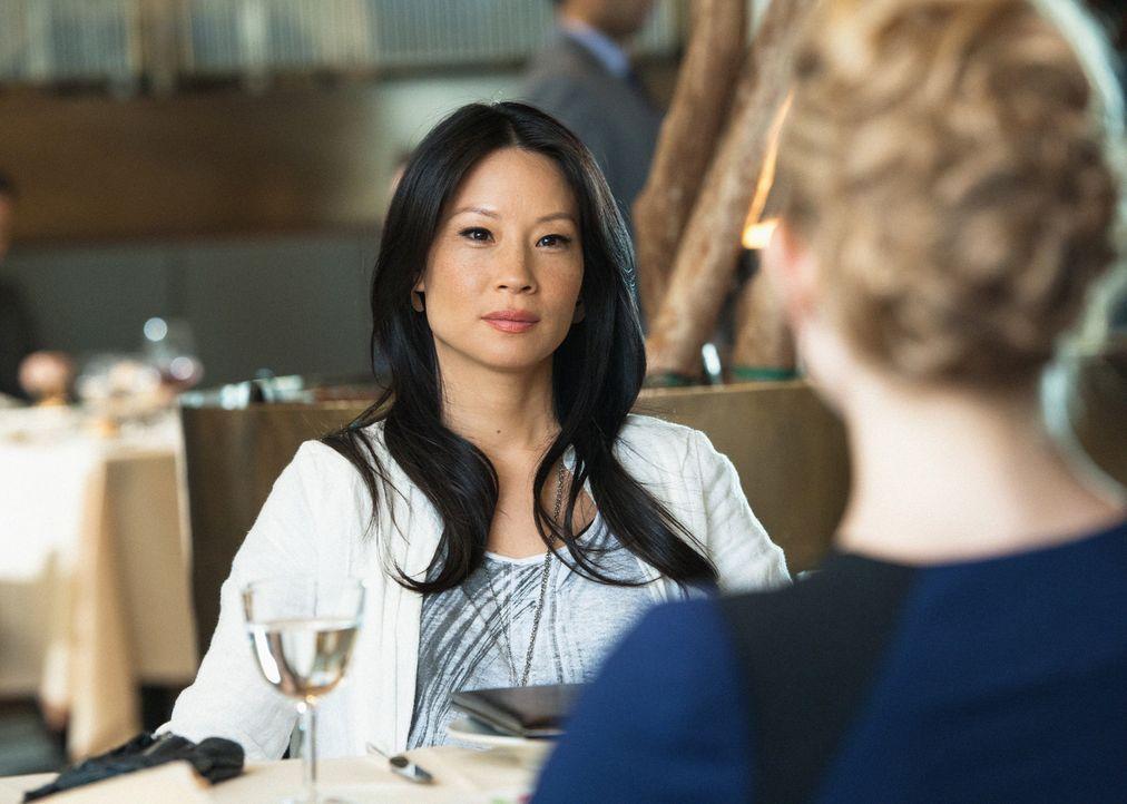 Kann nicht fassen, dass Holmes Ex-Geliebte Irene Adler (Natalie Dormer, r.) Moriarty ist: Joan Watson (Lucy Liu, l.) ... - Bildquelle: CBS Television