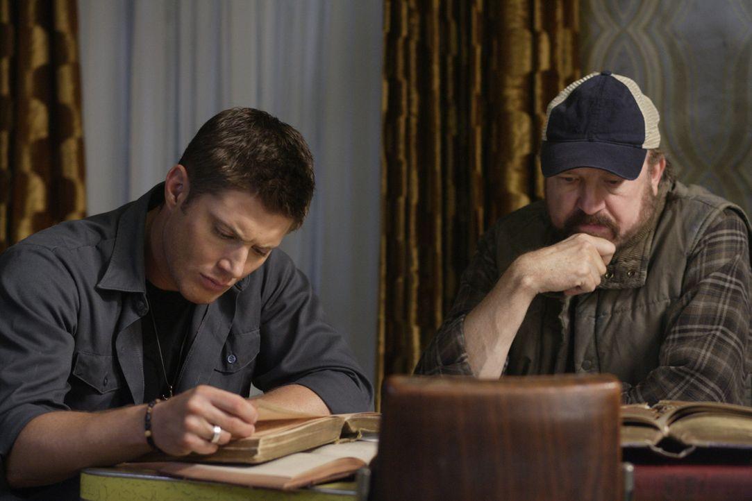 Müssen sich mit den Nachwirkungen der Apokalypse auseinandersetzten: Bobby (Jim Beaver, r.) und Dean (Jensen Ackles, l.) ... - Bildquelle: Warner Bros. Television