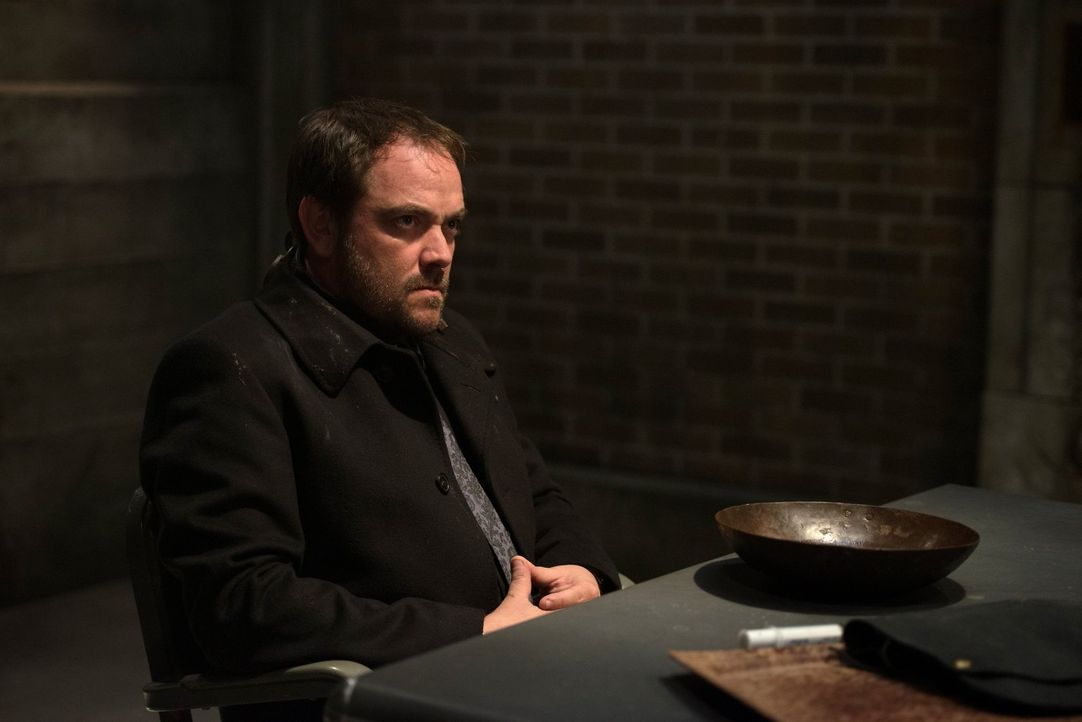 Crowley (Mark Sheppard) glaubt, dass das Böse nur bei ihm aus der Hölle stammt, aber Castiel macht Dean klar, dass einige Engel mit ihren Kräften au... - Bildquelle: 2013 Warner Brothers