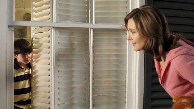 Mary Alice Young (Brenda Strong, r.) erzählt die Lebensgeschichte von Eddie O...
