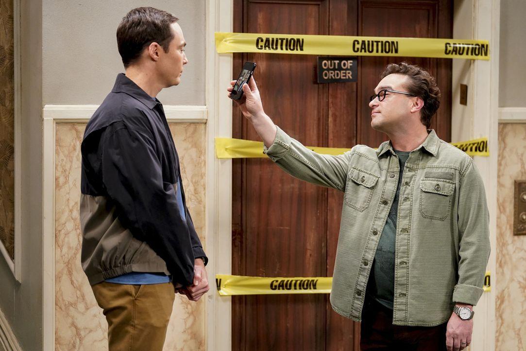 Sheldon (Jim Parsons, l.) will es einfach nicht glauben, dass Penny wirklich auf Bill Gates trifft, während Leonard (Johnny Galecki, r.) sogar hinte... - Bildquelle: Warner Bros. Television