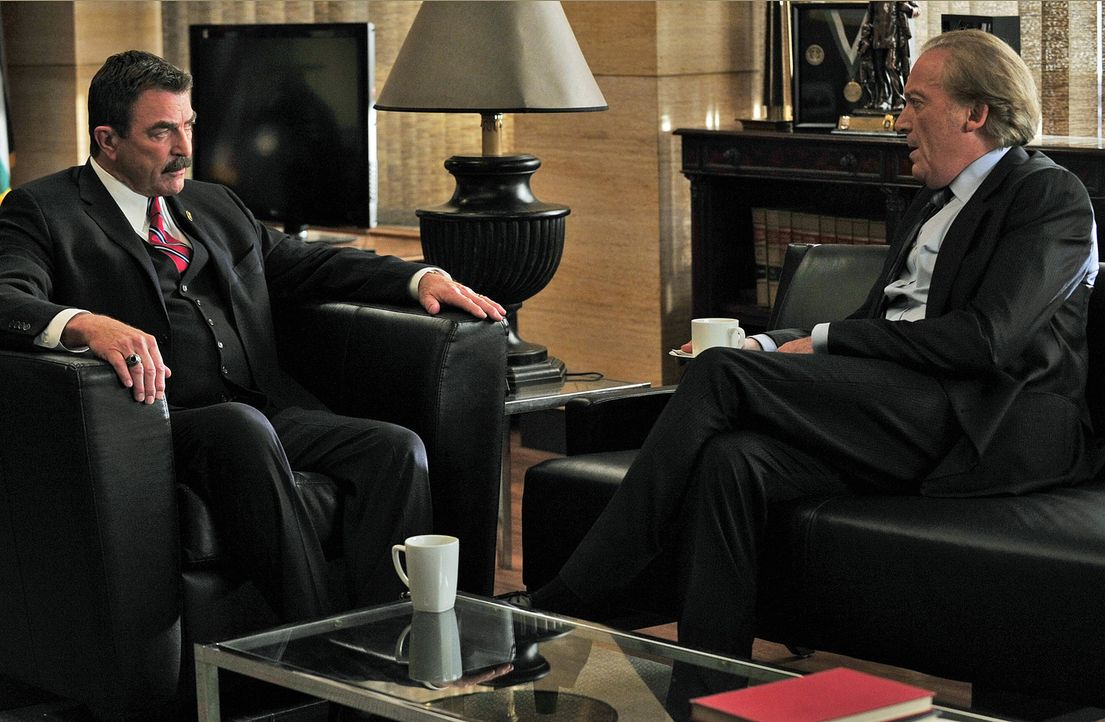 Frank Reagan (Tom Selleck, l.) bittet Konsul Claudio Calso (Ronald Guttman, r.) um die Aufhebung der diplomatischen Immunität seines Sohnes, doch da... - Bildquelle: 2010 CBS Broadcasting Inc. All Rights Reserved
