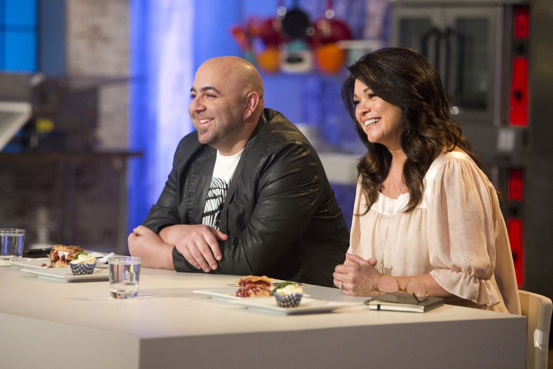 Auf Duff Goldman (l.) und Valerie Bertinelli (r.) wartet ein Schummel-Dessert ... - Bildquelle: Adam Rose 2015, Television Food Network, G.P.  All Rights Reserved.