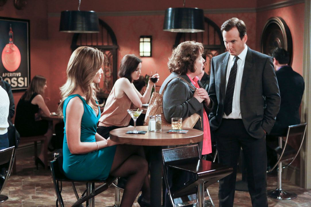 Nathan (Will Arnett, l.) versucht, das Date mit Sonya (Gloria Votsis, l.) der Zahnärztin seiner Mutter zu verheimlichen, da Carol (Margo Martindale,... - Bildquelle: 2013 CBS Broadcasting, Inc. All Rights Reserved.