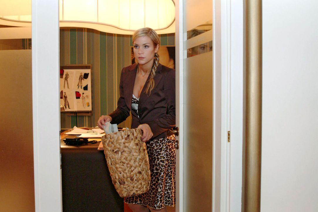Sabrina (Nina-Friederike Gnädig) betreibt für Richard Nachforschungen - in Davids Papierkorb ... - Bildquelle: Sat.1