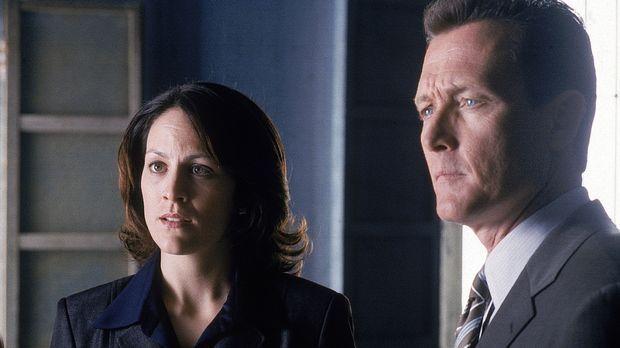 Reyes (Annabeth Gish, l.) und Doggett (Robert Patrick, r.) versuchen mit alle...