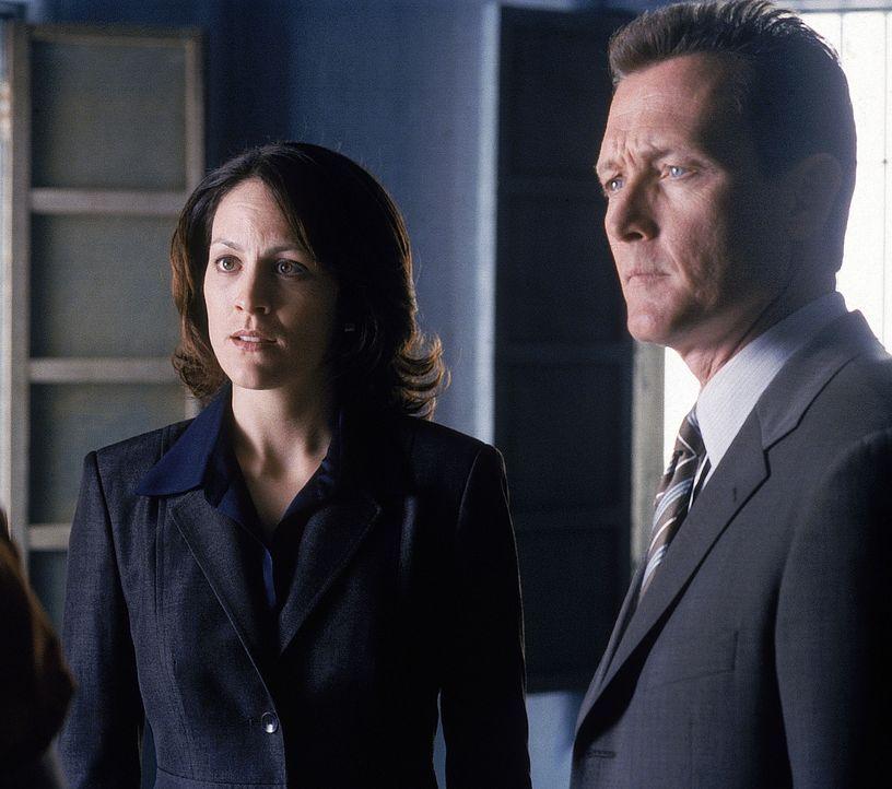 Reyes (Annabeth Gish, l.) und Doggett (Robert Patrick, r.) versuchen mit allen Mitteln, Mulder zu helfen. - Bildquelle: TM +   Twentieth Century Fox Film Corporation. All Rights Reserved.