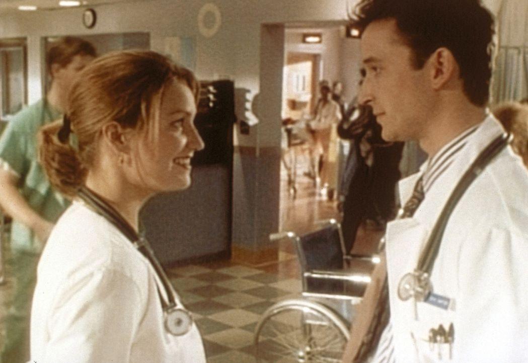 Carter (Noah Wyle, r.) erweist Dr. Lewis (Sherry Stringfield, l.) einen Dienst und hofft auf eine Gegenleistung ... - Bildquelle: TM+  WARNER BROS.