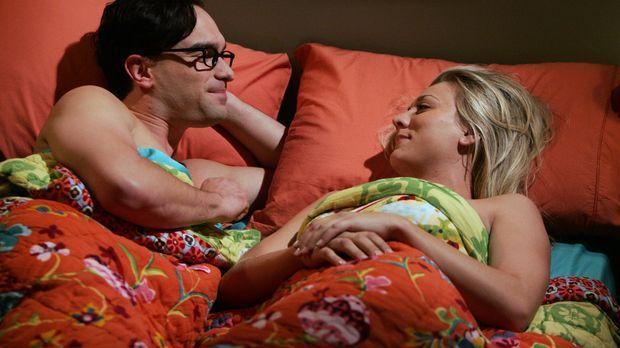 Leonard (Johnny Galecki, l.) hat eine ganz besondere Bitte an Penny (Kaley Cu...