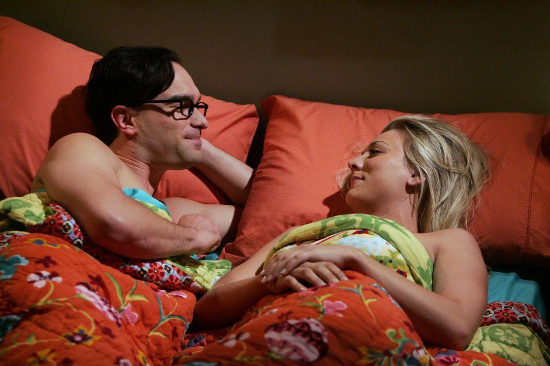 Leonard (Johnny Galecki, l.) hat eine ganz besondere Bitte an Penny (Kaley Cuoco, r.) ... - Bildquelle: Warner Bros. Television