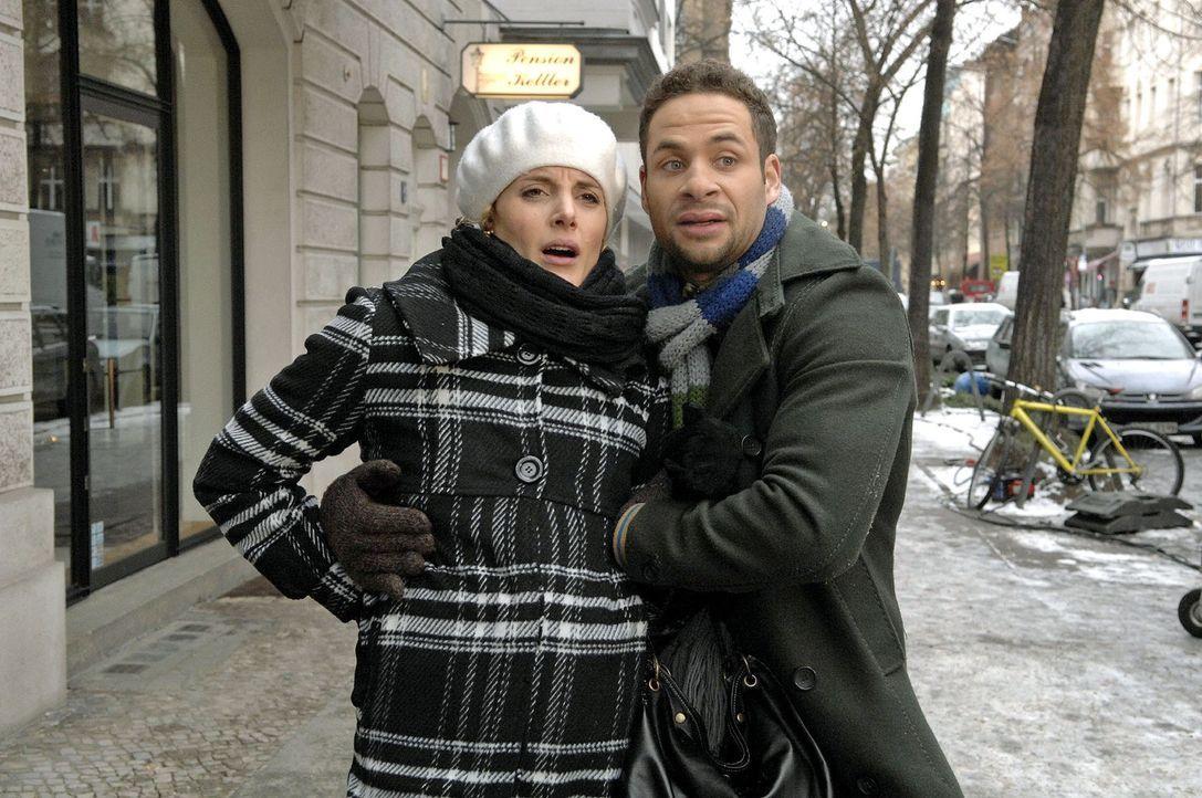 Jannick (Mike Adler, r.) hilft Maja (Barbara Lanz, l.), als diese starke Schmerzen bekommt. - Bildquelle: Claudius Pflug Sat.1