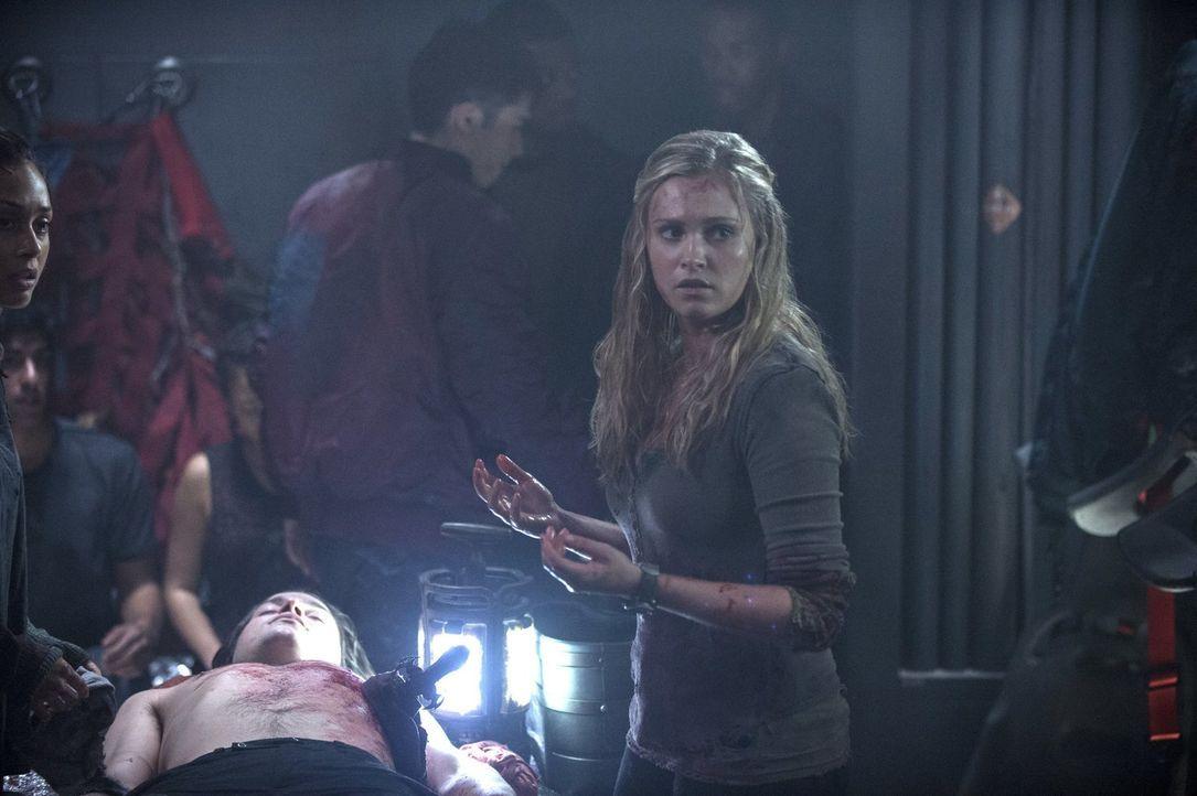 Clarke (Eliza Taylor) trifft eine folgenschwere Entscheidung ... - Bildquelle: Warner Brothers