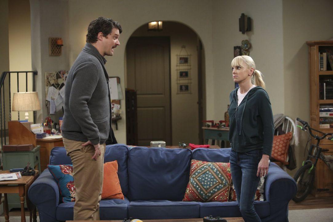 Was ist nur zwischen Christy (Anna Faris, r.) und Baxter (Matt Jones, l.) los? - Bildquelle: Warner Bros. Television