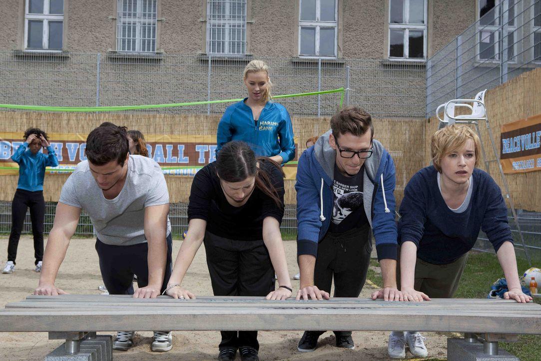 Alexandra (Verena Mundhenke, hinten) lässt Luzi (Selina Müller, 2.v.l.), Timo (Rocco Stark, l.), Emma (Kasia Borek, r.) und Hotte (Dennis Schigiol... - Bildquelle: David Saretzki SAT.1