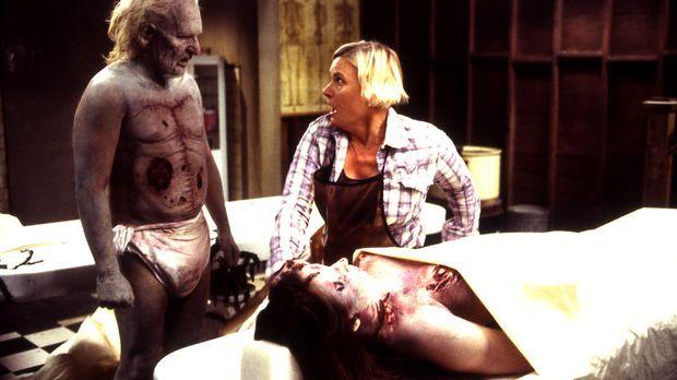 Leslie (Denise Crosby, r.) kann es nicht fassen: Denn der tote Mr. Barstow (A...