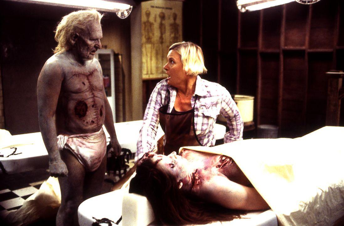 Leslie (Denise Crosby, r.) kann es nicht fassen: Denn der tote Mr. Barstow (Adam Gierasch, l.) ist trotz ihrer pathologischen Eingriffe quicklebendi... - Bildquelle: Echo Bridge Entertainment LLC