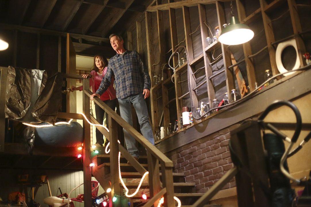 Als im Keller ein Wasserrohr bricht, versuchen Frankie (Patricia Heaton, l.) und Mike (Neil Flynn, r.) zu retten, was geht ... - Bildquelle: Warner Bros.
