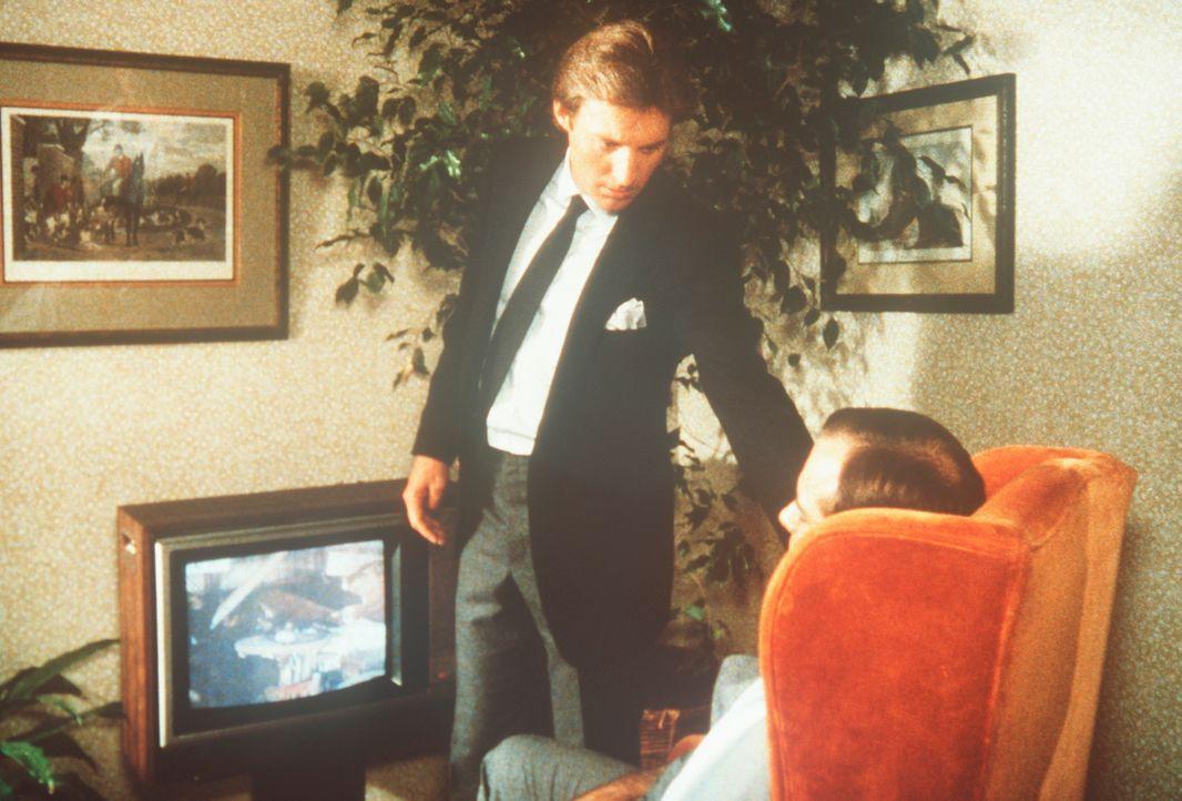 Lee (Bruce Boxleitner, l.) kommt zu spät: Der Schriftsteller Douglas Harriman (Steve Eastin, r.) ist ermordet worden. - Bildquelle: CBS Television