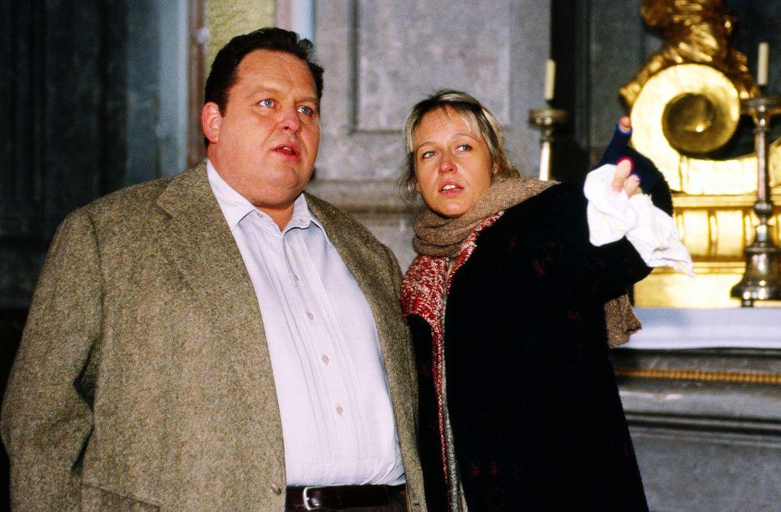 Die völlig verstörte Haushälterin (Anica Dobra, r.) des Pfarrers zeigt Kommissar Benno Berghammer (Ottfried Fischer, l.) den Fundort der Leiche ihre... - Bildquelle: Magdalena Mate Sat.1
