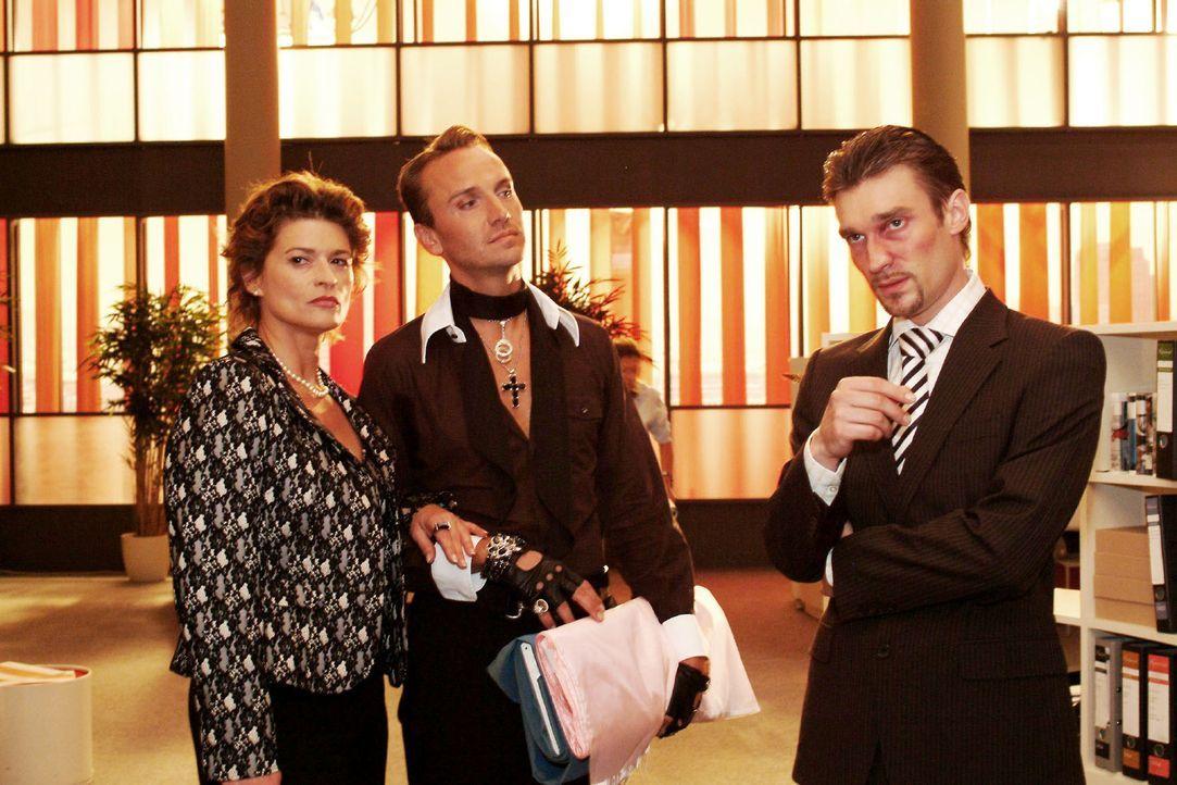 Im Beisein von Hugo (Hubertus Regout, M.) geraten Sophie (Gabrielle Scharnitzky, l.) und Richard (Karim Köster, r.), der endlich Entwürfe sichten mö... - Bildquelle: Monika Schürle Sat.1