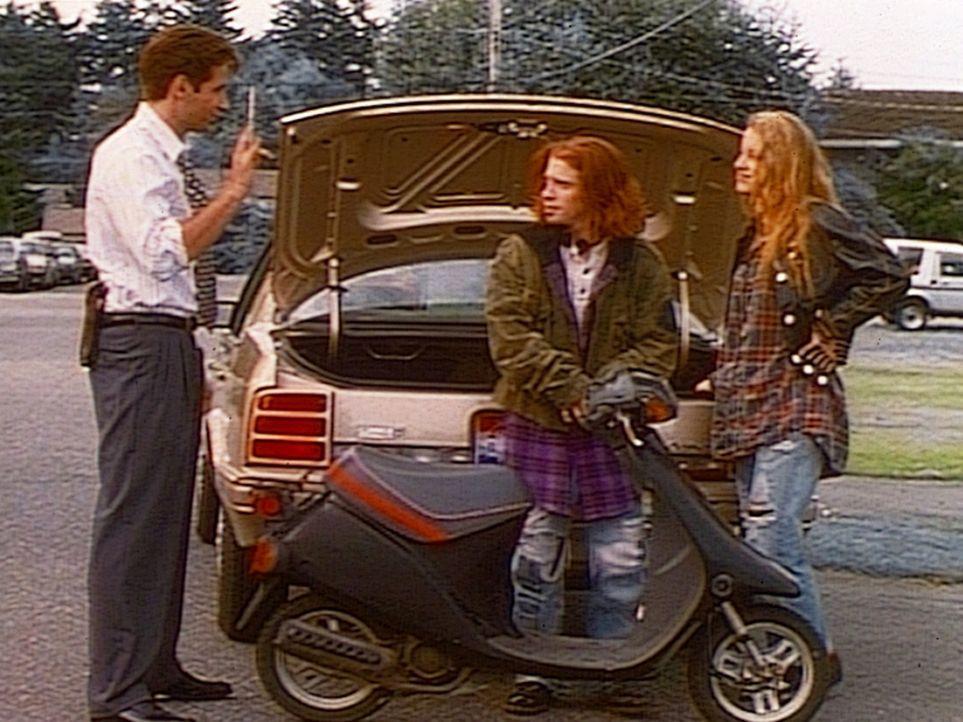 FBI-Agent Mulder (David Duchovny, l.) trifft zwei junge Leute, die UFOs über Ellens Airbase gesehen haben wollen. - Bildquelle: TM +   2000 Twentieth Century Fox Film Corporation. All Rights Reserved.