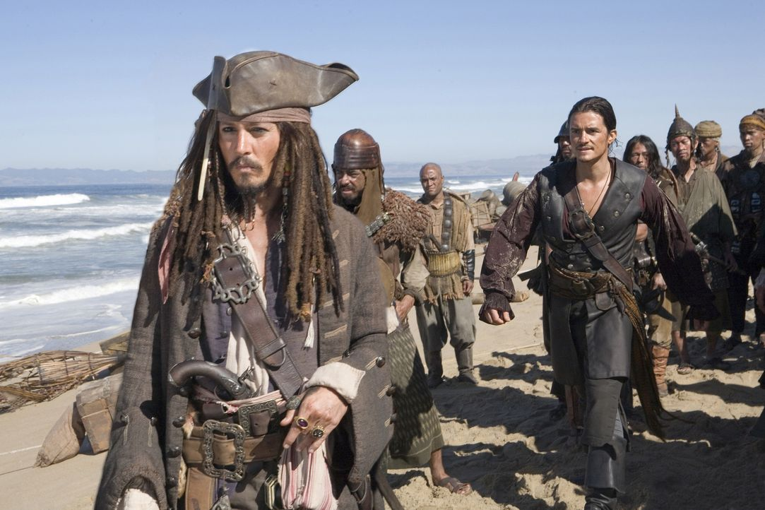 Bis ans Ende der Welt sind Will Turner (Orlando Bloom, hinten l.), Elizabeth Swann und Captain Barbossa gesegelt, um den - je nach Sichtweise - best... - Bildquelle: Peter Mountain Disney Enterprises, Inc.  All rights reserved