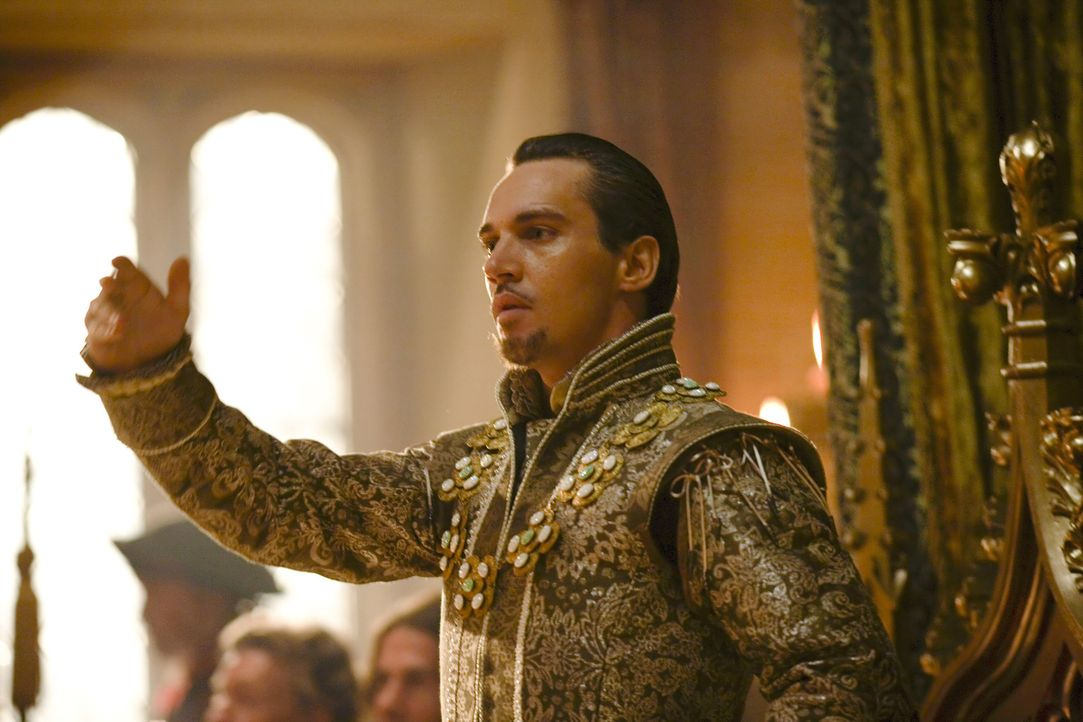 Stellt am Hof seine fünfte Frau, die blutjunge Königin Catherine Howard, vor: König Henry VIII. (Jonathan Rhys Meyers) ... - Bildquelle: 2010 TM Productions Limited/PA Tudors Inc. An Ireland-Canada Co-Production. All Rights Reserved.