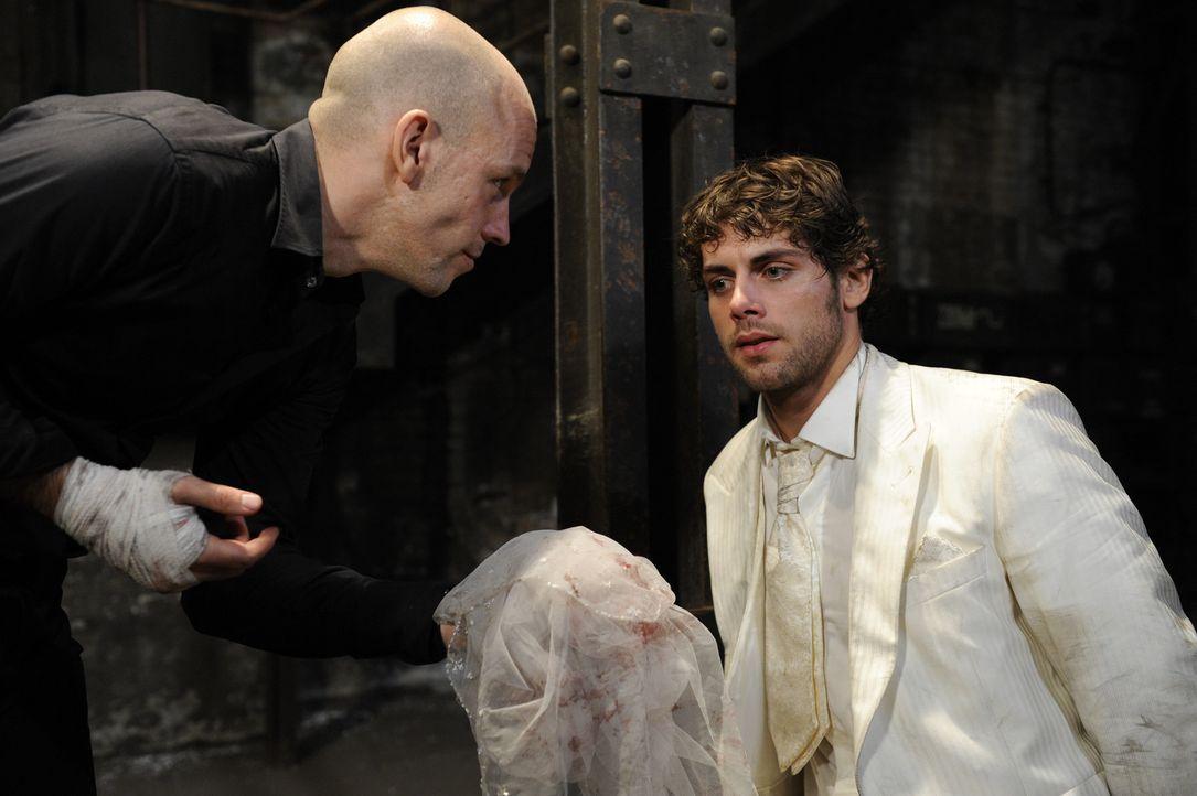 Für Jonas (Roy Peter Link, r.) beginnt ein Alptraum. Gerrit (Lars Löllmann, l.) spielt mit seiner Angst und sagt ihm nicht, was mit Anna geschehen... - Bildquelle: SAT.1