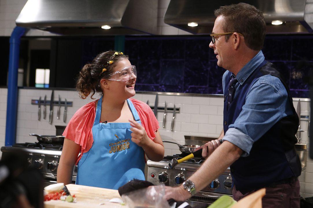 Normalerweise kocht Tatiana (l.) für ihre Geschwister - nun muss sie die Jury überzeugen. Ted (r.) ist gespannt, ob die junge Küchenfee in die zweit... - Bildquelle: Jason DeCrow 2015, Television Food Network, G.P. All Rights Reserved