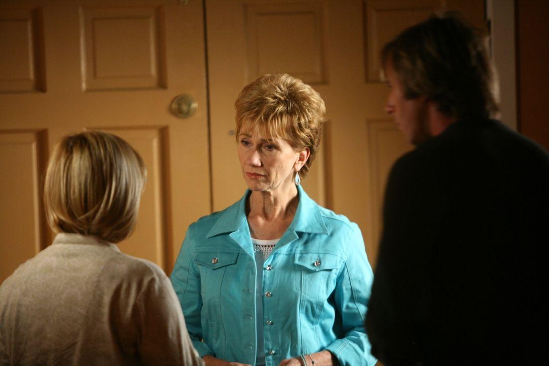 Joe (Jake Weber, r.) und Allison (Patricia Arquette, l.) sind überrascht, als Joes Mutter Marjorie (Kathy Baker, M.) unangekündigt zu Besuch kommt. - Bildquelle: Paramount Network Television