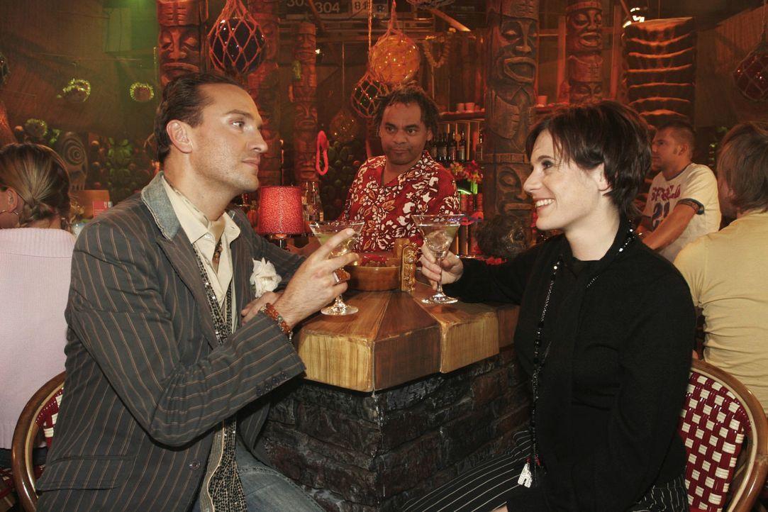 Hugo (Hubertus Regout, l.) versucht vergeblich, Britta (Susanne Berckhemer, r.) für eine gemeinsame Zusammenarbeit zu gewinnen. - Bildquelle: Noreen Flynn Sat.1