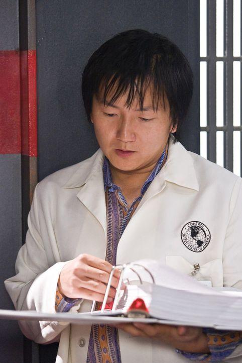 Noch ahnt Bruce (Masi Oka) nicht, dass er schon bald sein sicheres Labor verlassen muss, um sich in der Außenwelt mit unsichtbaren Gangstern herumz... - Bildquelle: Warner Brothers