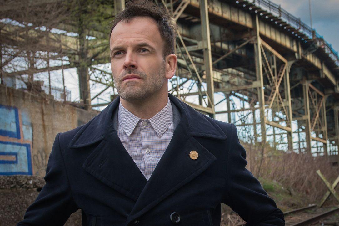 Ist in großer Sorge, als sein Freund und ehemaliger Pate Alfredo verschwunden ist: Sherlock Holmes (Jonny Lee Miller) ... - Bildquelle: Jeff Neumann CBS Television