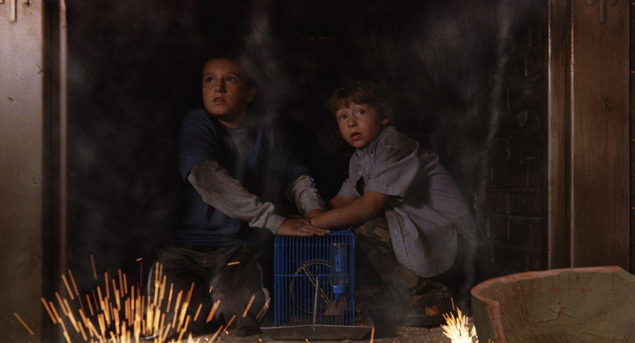 Danny (Jonah Bobo, r.) und Walter (Josh Hutcherson, l.) entdecken ein mysteriöses Spiel, dass sie kurz nach den ersten Spielzügen direkt in den We... - Bildquelle: Sony Pictures Television International. All Rights Reserved.