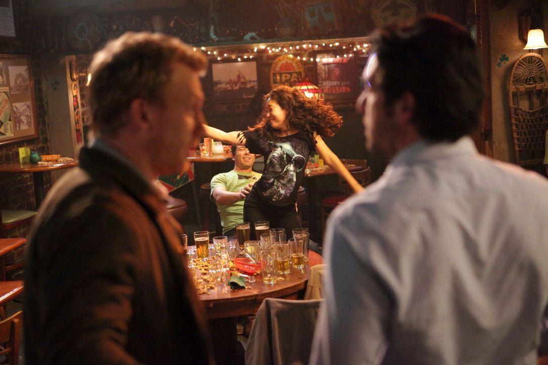 Währen die Assistenzärzte Nachschicht haben, wollen Derek (Patrick Dempsey, r.), Owen (Kevin McKidd, l.) und die restlichen Oberärzte die Beihilfe,... - Bildquelle: ABC Studios