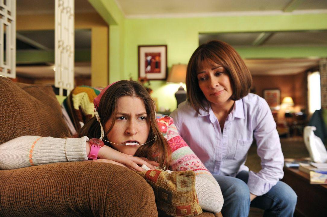 Weil ihr Freund Matt wegzieht, gibt sich Sue (Eden Sher, l.) der Verzweiflung hin. Doch Frankie (Patricia Heaton, r.) steht ihr mit mütterlichem Rat... - Bildquelle: Warner Brothers