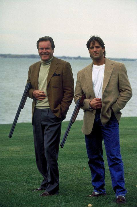 Jonathan (Robert Wagner, l.) und Ronny (Jeff Kaake, r.) vertreiben sich die Zeit beim Tontaubenschießen ... - Bildquelle: Columbia Pictures