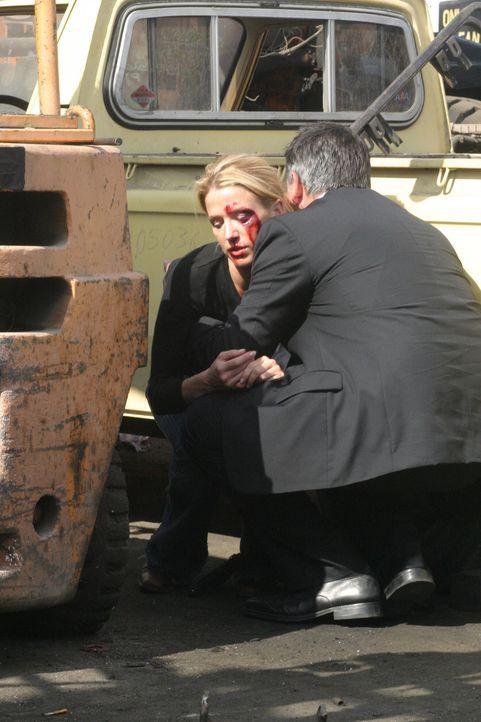 Jack Malone (Anthony LaPaglia, r.) kümmert sich um seine verwundete Kollegin Samantha Spade (Poppy Montgomery, l.) ... - Bildquelle: Warner Bros. Entertainment Inc.